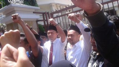 Photo of Mahasiswa Gresik Unjuk Rasa ke DPRD Untuk Menolak RUU Pertanahan