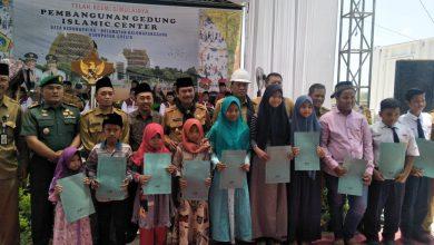 Photo of Bupati dan Wakil Bupati Santuni Anak Yatim dalam Peletakkan Batu Pertama Islamic Center