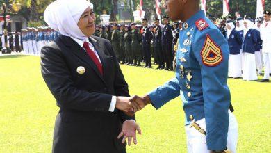 Photo of Usai Upacara Peringatan Hari Sumpah Pemuda, Khofifah Ke Lapangan Jabat Tangan Komandan Upacara Asal Jayapura