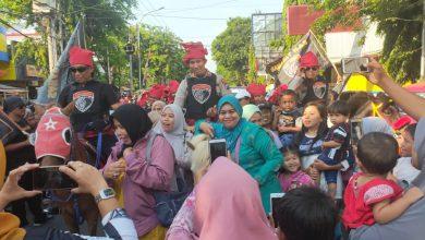 Photo of Antusiasme Masyarakat Lumajang Sambut Pasukan Cobra Sultan Hasanuddin Di Sepanjang Jalan