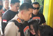Photo of Tante Tiara Sujud Di Kaki Kapolres Lumajang, Minta Perampok Rumahnya Dimaafkan