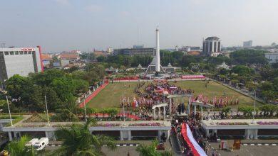 Photo of Peringati Hari Sumpah Pemuda, Wali Kota Risma Bersama Pelajar Merah Putihkan Tugu Pahlawan