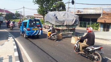 Photo of Rem Blong Truck Tronton Sasak Pembatas Jalan Pantura