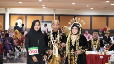 Photo of 59 Pasangan Pengantin Ikuti Nikah Massal, Paling Tua Usia 61 Tahun