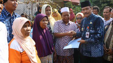 Photo of Wakil Bupati Gresik Berikan Bantuan Kepada 3 Korban Kebakaran