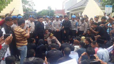 Photo of Tuding Tebang Pilih Kasus, Polres Sampang Di Goyang Demo