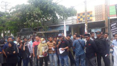 Photo of Mahalnya Pembuatan SIM,Di Ungkap Aktifis Saat Demo Di Polres Sampang
