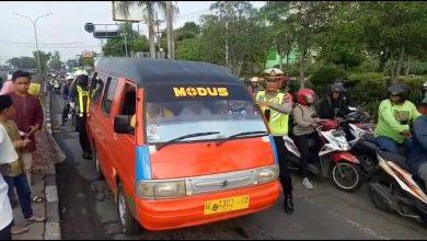 Photo of Dua Anggota Satlantas Polres Gresik Bantu Dorong Angkot Mogok
