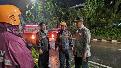 Photo of Emil Dardak Ajak Masyarakat Waspadai Hujan Disertai Angin Kencang