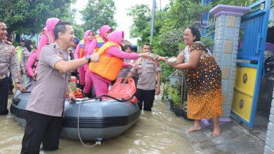 Photo of Upaya Polres Gresik Evakuasi Dan Bagi-Bagi Sembako Korban Banjir