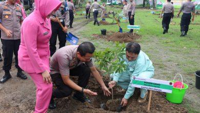 Photo of Cegah Banjir, Polres Gresik Bersama Bhayangkari Kembali Tanam Seribu Pohon