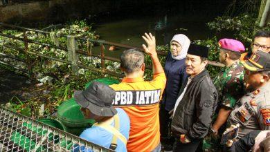 Photo of Tengah Malam Gubernur Khofifah Meninjau langsung proses Normalisasi Kali Butung