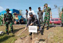 Photo of Danlanal Batuporon Bersama Forkopimda Bangkalan Hijaukan Ruas Jalan Nasional