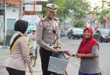 Photo of Selain Atlet Yang Berprestasi, Kasat Lantas Polres Sampang Juga Suka Berbagi