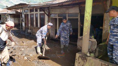 Photo of Prajurit Lanal Banyuwangi Bantu Korban Bencana Banjir Bandang