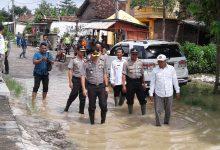 Photo of Kapolres Gresik Pantau Langsung Ke Lokasi Banjir Di Desa Pucung