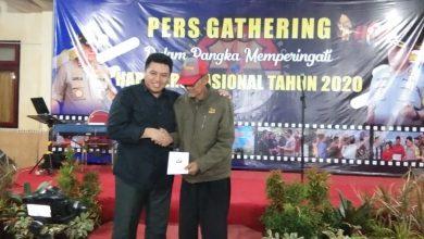 Photo of Momen HPN, Kapolres Sampang Berikan Tali Asih Pada Wartawan Senior