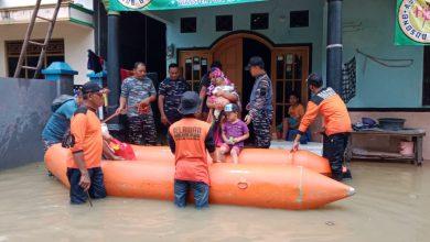 Photo of Tim Siaga Bencana Banjir, Lanal Tegal Evakuasi Warga Terdampak Banjir