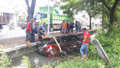 Photo of Akibat Sopir Ngantuk Mobil Masuk Ke Parit Desa Tambak Beras