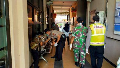Photo of Polsek Bersama UPT Puskesmas Cerme Bersihkan Lingkungan, Cegah Virus Corona