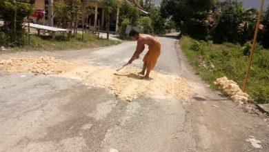 Photo of Ruas Jalan Kabupaten Yang Rusak Sepanjang 1 KM Di Perbaiki Warga, Kinerja DPUPR Sampang Dipertanyakan