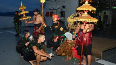 Photo of Melintas Titik Koordinat 0 Drajat, 115 Taruna AAL Jalani Prosesi Mandi Khatulistiwa