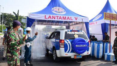 Photo of Penjagaan Pos Hangtuah Lakukan Penyemprotan Desinfektan Bagi Peraonel Yang Masuk DBAL