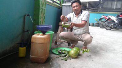 Photo of Putus Pendemik Covid-19 Desa Guranganyar Semprot Cairan Desinfektan Terbuat Dari Ramuan Buah Maja