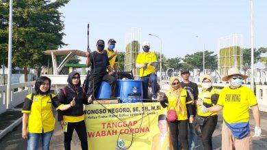 Photo of Usir Pandemi Covid-19 Anggota DPRD dari Fraksi Golkar Semprot Perkampungan Di Wilayah Menganti