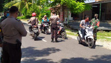 Photo of Forkopimka Ujungpangkah Bagikan Masker, Antisipasi Penyebaran Covid-19