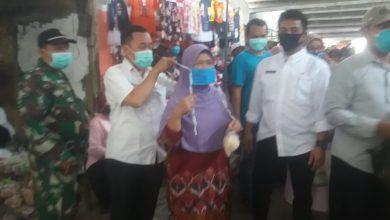 Photo of Berantas Pandemi Covid, Pemdes Balongpanggang Bagikan Ratusan Masker Di Pasar Tradisional