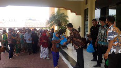 Photo of Ringankan Beban Masyarakat Anggota Dewan Bagi Bagi Sembako