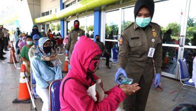 Photo of Petugas Siaga Jaga Masyarakat dalam Physical Distancing Selama Belanja di Lumbung Pangan Jatim