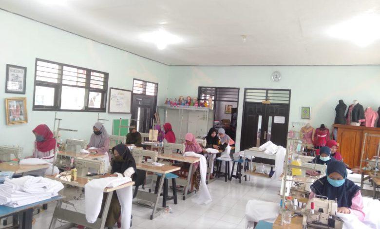 Photo of Gubernur Khofifah Apresiasi Sensitifitas SMK Lamongan Produksi Baju Hazmat