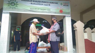 Photo of Masjid At Taqwa Giri Bagikan Paket Sembako pada Jamaahnya