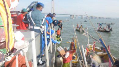 Photo of Jum'at Barokah Ratusan Masyarakat Nelayan Pesisir Teluk Lamong Dan Suromadu Terima Sembako