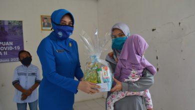 Photo of Ketua Jalasenastri Cabang 4 Korcab V DJA II Serahkan Bantuan Kwbutuhan spesifik Perempuan dan Anak Rentan Covid -19