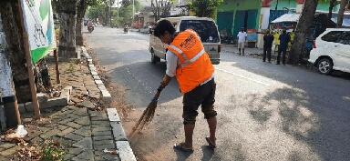 Photo of Awassss, Tidak Memakai Masker Bisa -Bisa Nyapu Jalan dan Bersih Fasum