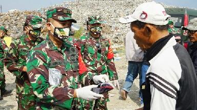 Photo of Dandim O817/Gresik Berikan Bantuan Masker Pada Pemulung di TPA Ngipik