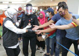 Photo of Bagikan Masker dari Presiden Jokowi ke Pedagang Pasar di Surabaya