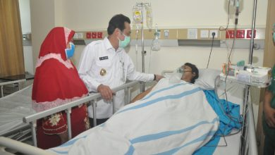 Photo of Wakil Bupati Gresik Besuk Solihul Hadi Yang Kecelakaan