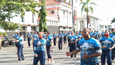 Photo of Komandan beserta Prajurit, ASN Lanal Tegal Bersinergi dengan Masyarakat Laksanakan Senam SKJ 88