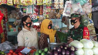Photo of Danramil dan Kapolsek di Wilayah Gresik bagikan Masker bantuan TNI – Polri