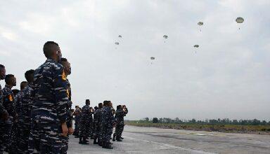 Photo of Happy Landing, 18 Taruna AAL Korps Marinir Berhak Kenakan Brivet Terjun Para Dasar