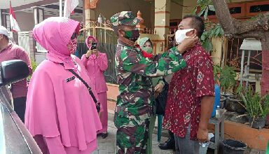 Photo of Putus Pandemi Covid 19 Tiga Pilar Kecamatan Manyar Salurkan Masker