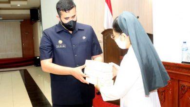 Photo of Wali Kota Probolinggo Habib Hadi Serahkan Bantuan 843 Paket Beras Dan 42 Ribu Vitamin