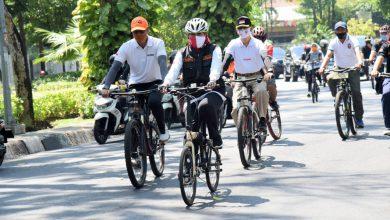 Photo of Gubernur Khofifah Bersama Penyintas Covid-19 Berbagi Masker dan Bersepeda Aman dan Sehat Sesuai Pedoman WHO