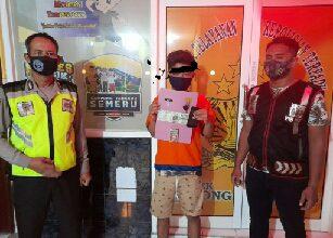 Photo of Kanit Reskrim Polsek Balongpanggang Borgol Pemuda, kedapatan membawa Shabu-shabu Dalam OPS Tumpas Narkoba Semeru 2020