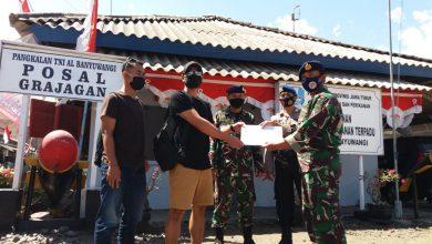 Photo of Pos TNI AL Grajakan Fasilitasi Penyerahan Perahu Temuan Warga