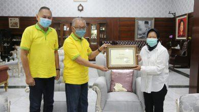 Photo of Bantu Penanganan Covid-19 di Surabaya, Wali Kota Risma Beri Penghargaan kepada Yayasan Ichlas Bhakti
